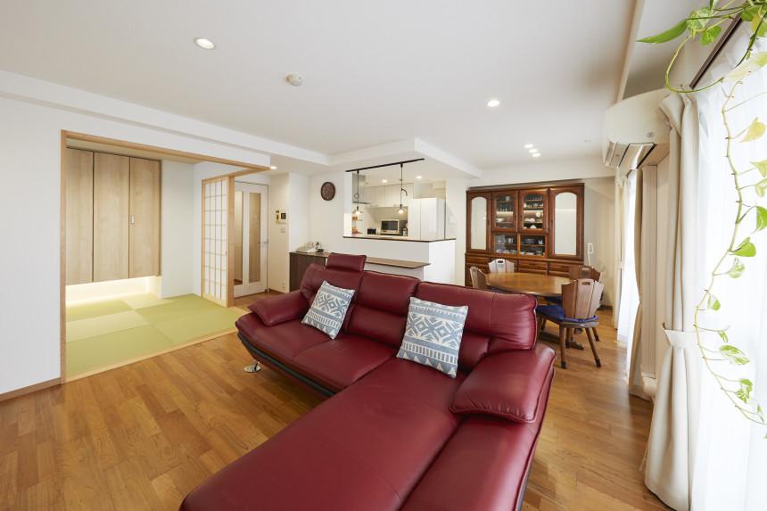 赤いソファが映えるナチュラルテイストの家