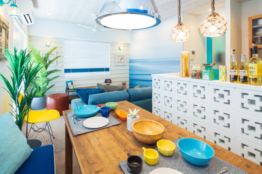 ジーンズとTシャツ、裸⾜で海を感じる!心地よく、機能的に暮らす家