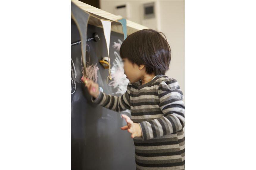 黒板塗装で、楽しくお絵かきできるキッチン
